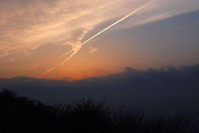 飛行機雲つらぬく