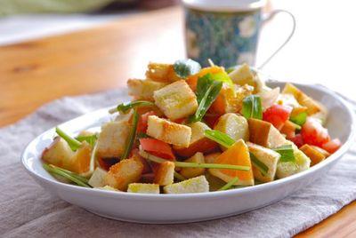 パンと野菜と果物のサラダ