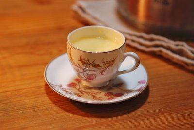 小さなカップ&ソーサーで卵酒
