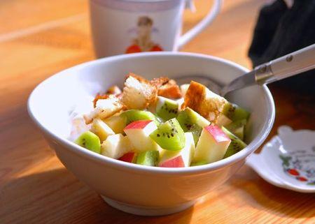 果物とトーストのサラダ