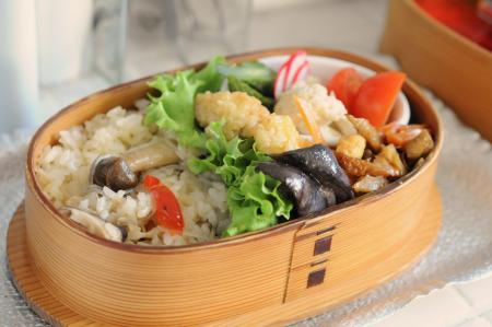 キノコのバターライスと菊芋のきんぴらのお弁当