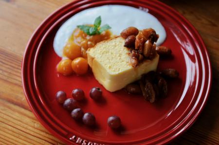 スフレチーズケーキ 茹で落花生のキャラメルソース添え